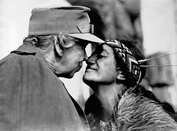 Элеонора Рузвельт и женщина маори трутся носами.