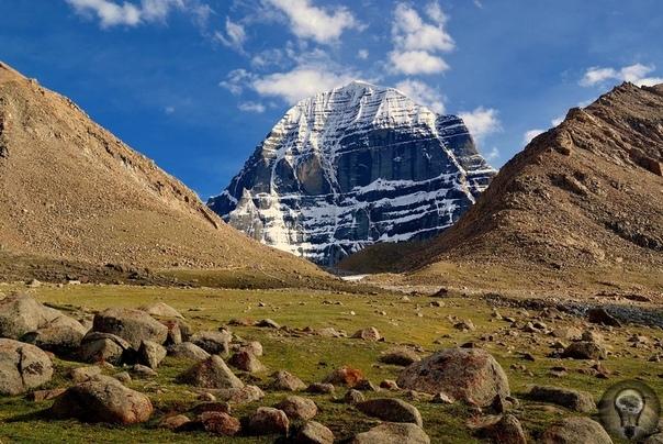 Одна из самых загадочных и аномальных гор, является «Гора Кайлас», расположенная в Тибете Лишь только сейчас некоторые ученые начали признавать эту гору пирамидой. Ее грани сориентированы четко