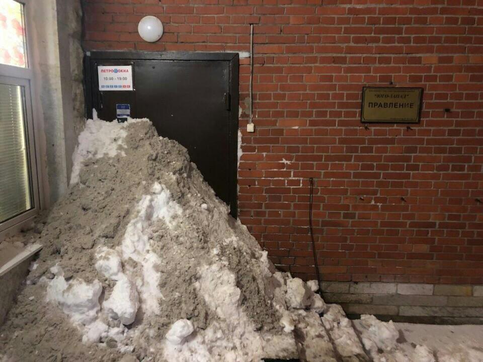 Жители Петербурга самостоятельно расчистили снег во дворе.