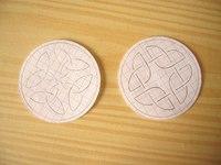 1. Двухсторонний кулон с кельтским орнаментом.  ИСТОЧНИК. http://biser.info/node/12557.