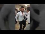 Turcos bailando y moviendo las caderas