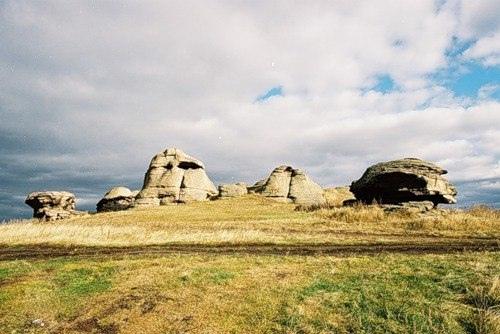 На берегу озера Большие Аллаки, недалеко от города Касли, находится одна из самых загадочных достопримечательностей Челябинской области. В 50 метрах от воды на небольшом возвышении, «прижавшись друг у другу», стоят 14 огромных каменных глыб, которые назыв