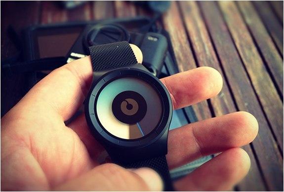 Необычные наручные часыОпределить время помогает вращающийся диск цвет которого плавно меняется