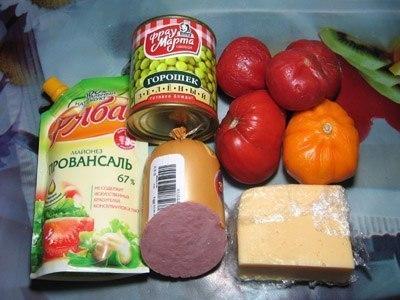 Сборный салат с помидорками и ветчиной. Уверен, что