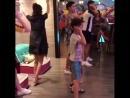 Милли танцует на курорте