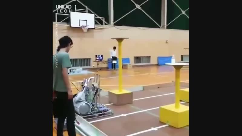 Робот выполняет трюк с бутылкой при котором бутылка подбрасывается в воздух делает один поворот и встает на дно