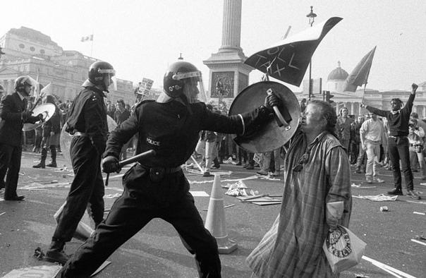 Народное волнение в Лондоне, против нового налога. Март 1990 года. В марте 1990 г. консервативное правительство М. Тэтчер (это был уже её третий срок) объявило о реформе налогообложения, доходы