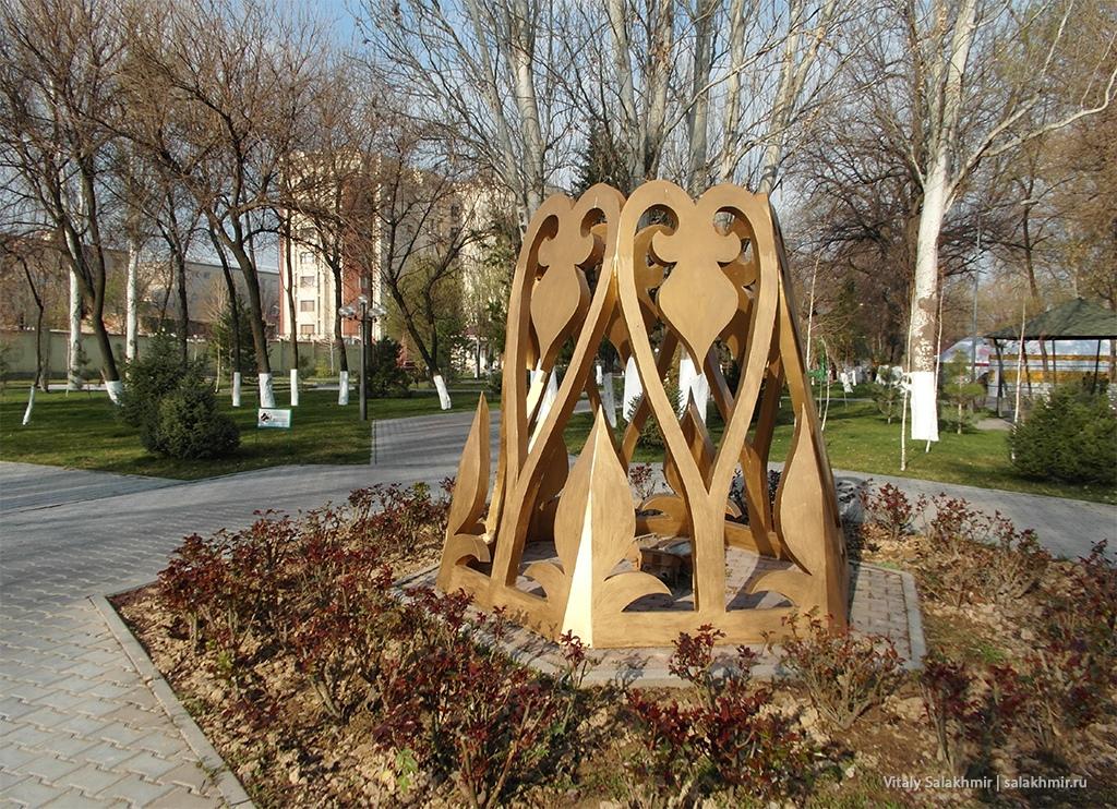 Инсталляция в центральном парке Шымкента, март 2019