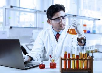 Некоторые корпорации нанимают промышленных химиков для исследования и разработки новых продуктов.