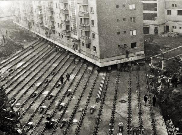 Перестановка домов В 1935 году власти Москвы решили расширить магистральные улицы и некоторые здания сдвинули вглубь жилого массива. Дома перемещались настолько плавно, что в некоторых случаях