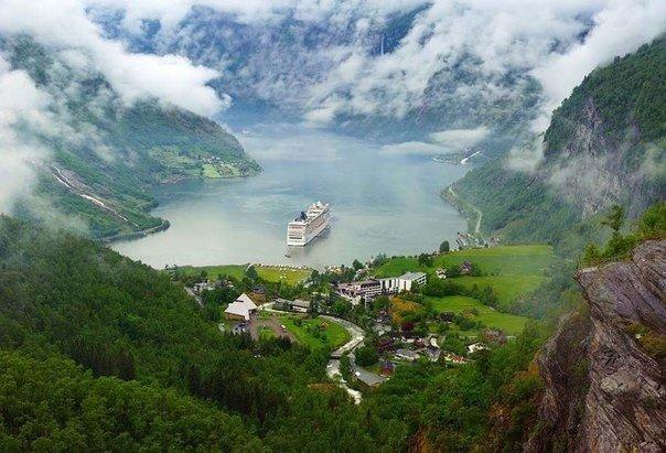 Круизный лайнер в Гейрангер-фьорде, Суннмёре,