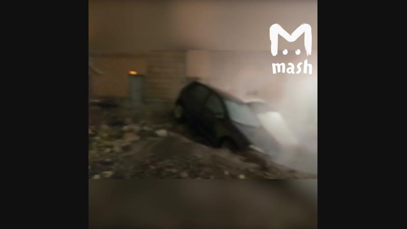 В Петербурге на улице Орджоникидзе прорвало трубу c горячей водой.