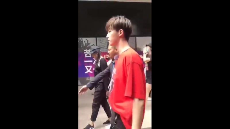 180712 Линон на съемках шоу в Шанхае.