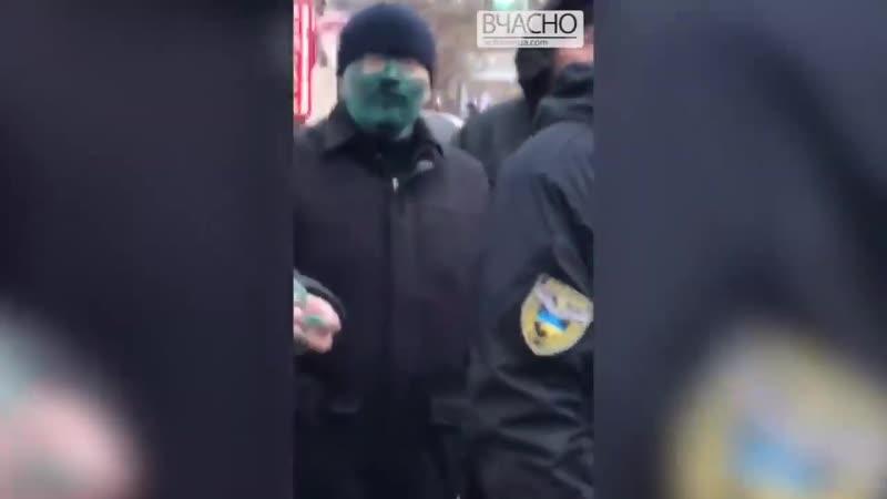Вилкула облили зеленкой в Бердянске и выгнали с криками Чемодан. Вокзал. Россия