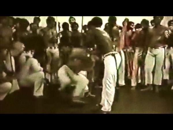 Roda de Capoeira. Mestre Camisa jogando.