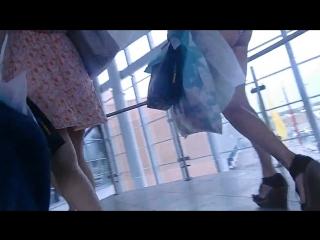 Подсмотрел за красоткой в аэропорту. у шлюшки очень короткие шортики. [720p]