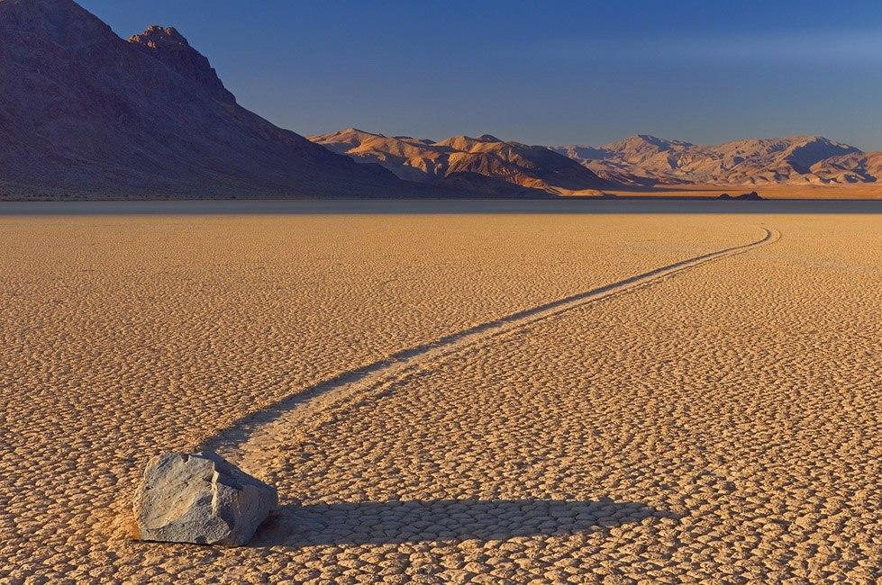 """Движущиеся камень в пустынной """"Долине смерти"""""""