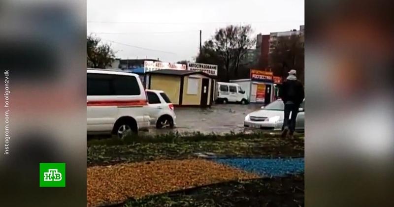 По затопленным улицам Приморья поплыли машины и киоски