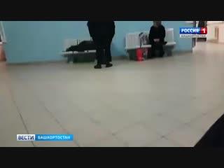 Полицейские скинули старика на пол в здании вокзала