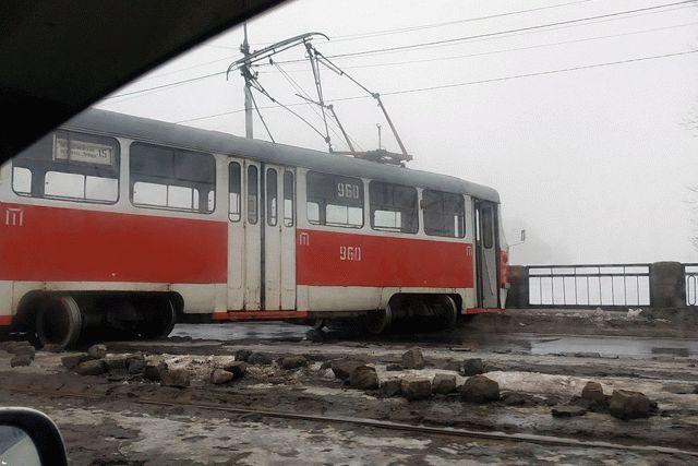 В Донецке трамвай сошел с рельсов и перегородил дорогу (фото)