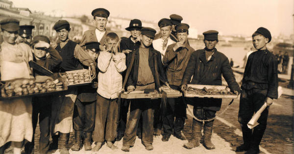 Московские мальчишки - коробейники. Россия. 1909 г.