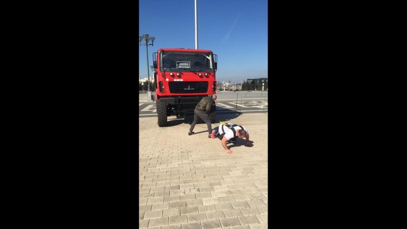 Белорусские атлеты устанавливают рекорд в своем весе и пробуют протянуть на 20 м 9-тонный легендарный гоночный МАЗ