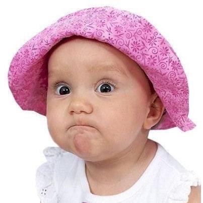 Маленькая девочка делает уроки, там вопрос: - Что отделяет голову от тела? Она усмехаясь: - Проще простого - топор.