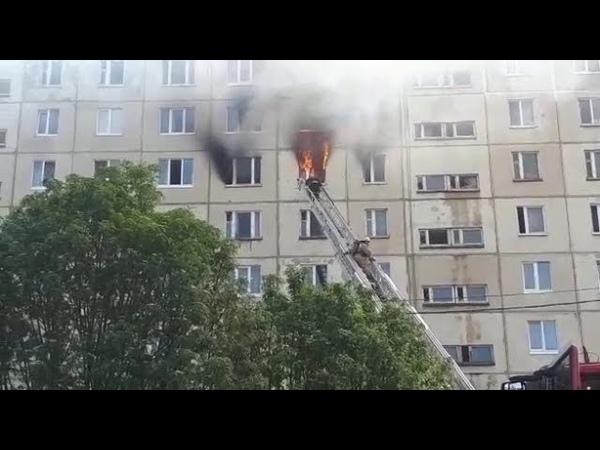 Огнеборцы тушат полыхающую квартиру на улице Вологодской в Уфе