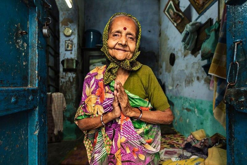 Однажды, когда я гостил в одной бенгальской семье, пожилая хозяйка заговорила о своем больном престарелом муже, который сидел чуть поодаль от нас.