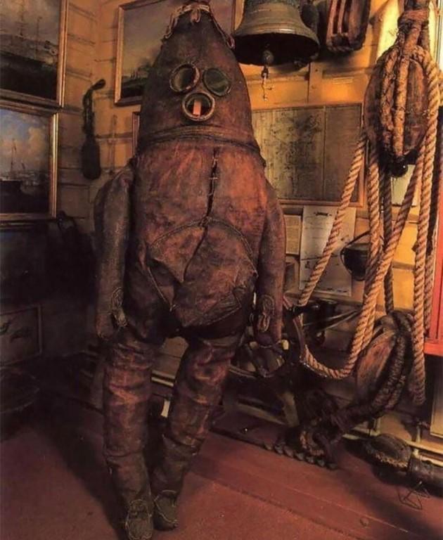 На фото самый старый в мире сохранившийся водолазный...