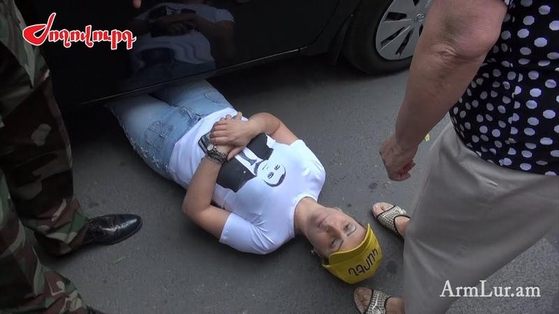 Մանվել Գրիգորյանի համակիրներն ու ցուցար1377