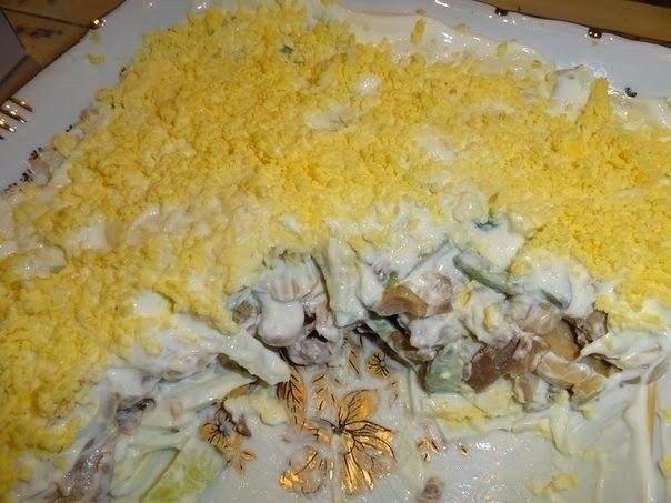 Салат из куриного филе, свежих огурцов и