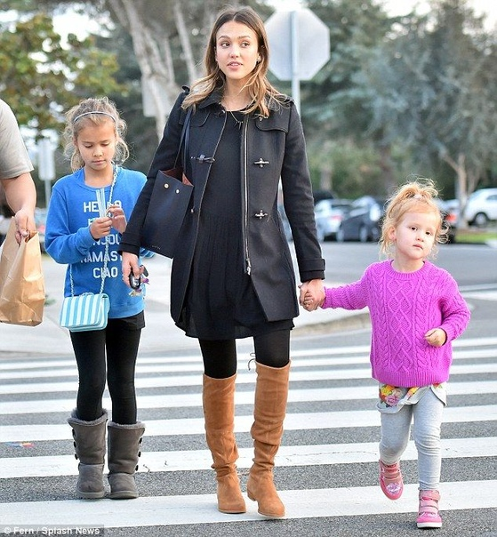 Джессика Альба и Кэш Уоррен с младшей дочерью Хэвен. Хэвен Гарнер Уоррен родилась в 2011 году. У нее есть старшая сестра Онор (р. 2008г) и младший брат Хэйес (р.