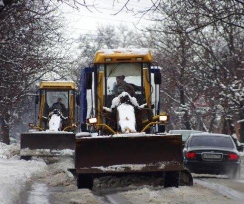 В Таганроге с последствиями снегопада боролись 15 спецмашин