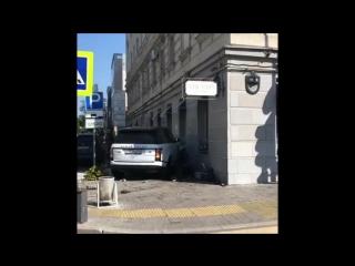 ▶ На улице Горького Land Rover вылетел на тротуар и врезался в здание