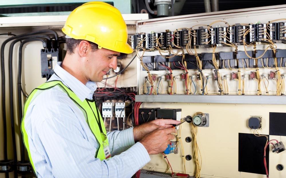 Работает инженер-электрик.