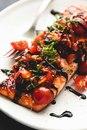 Лосось с томатами и бальзамическим соусом