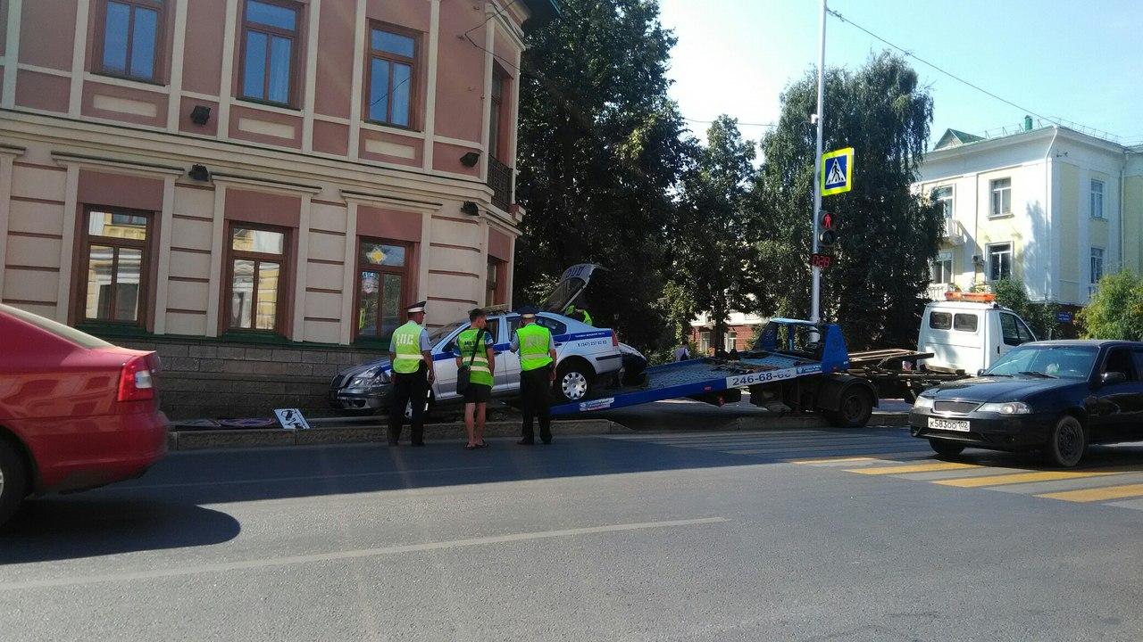 В Уфе на перекрестке пострадали машина ДПС и дорожный знак