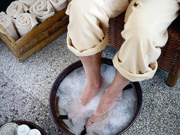 Огрубевшая кожа на пятках — проблема, которая преследует не только мужчин, но и многих женщин. Причиной возникновения такого изъяна могут стать грибковые заболевания, нехватка витаминов, ношение неудобной обуви, а также нарушения в работе эндокринной сист