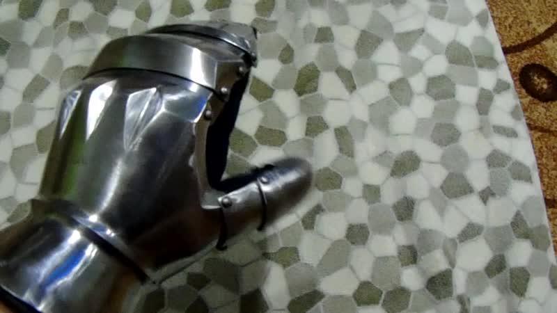 Латные рукавицы из высокоуглеродистой стали.