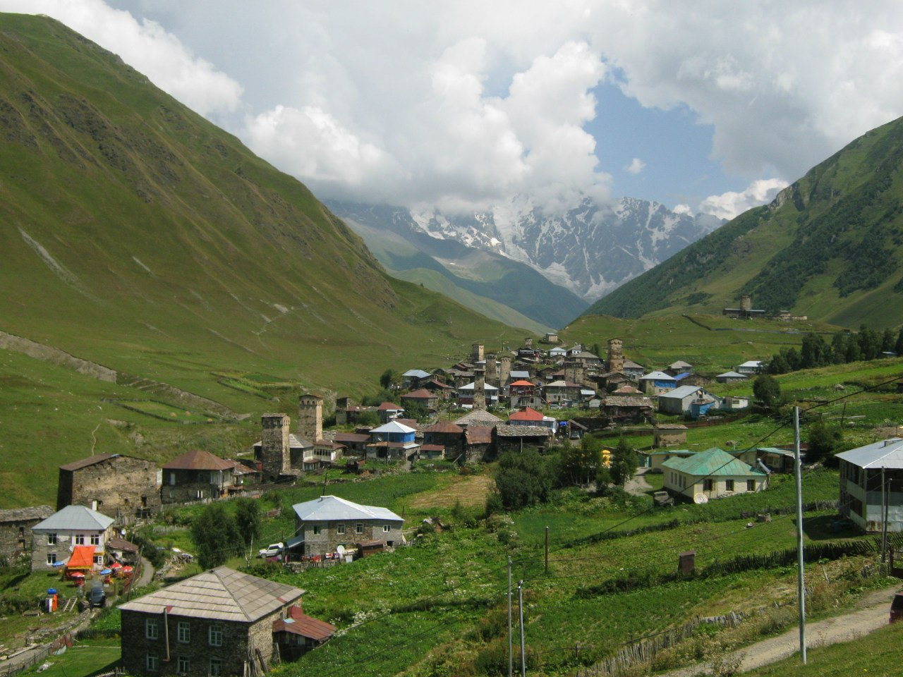 Община Ушгули, его старинные башни, и высокие окружающие горы.