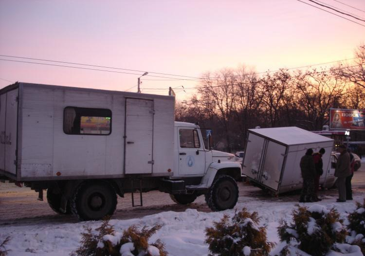 В центре Таганрога под асфальт провалилась «Газель» Таганрогского колбасного завода