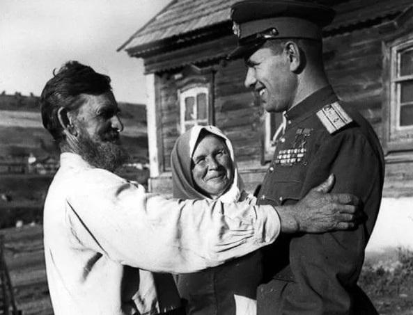 На фото: встреча лётчика с фронта, дважды Героя Советского Союза Николая Михайловича Скоморохова (1920  1994