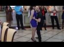 Парень классно танцует!