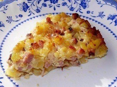 Крестьянский завтрак. Ингредиенты: картофель вареное мясо или колбаса яйца куриные сметана или