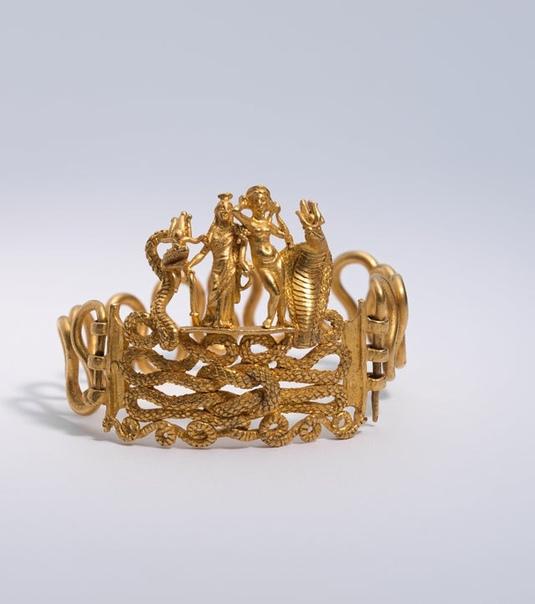 Изящный золотой браслет из Индии с фигурками кобры, дракона и еще 2-х божеств, символизирующих плодородие и удачу