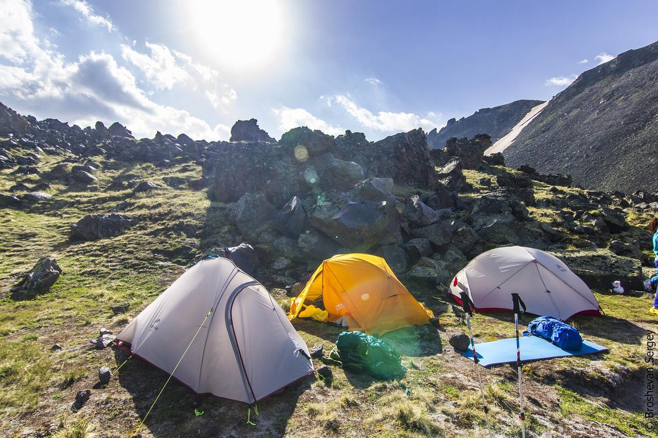 палатки на поляне на эльбрусе