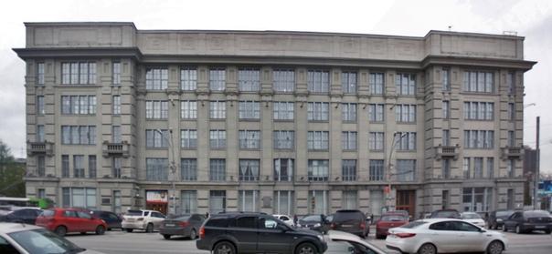 Тоже нравится такой дом. Напоминает Дом Советов в Нижнем Новгороде.  Согласно путеводителю, проект сделал Крячков — самый статусный архитектор Новосиба. Сначала был двухэтажный дом, прозванный «железобетонный дом» — это из-за новых технологий в строительстве. В 1937 году добавили ещё три этажа, вровень окружающим постройкам. Во время войны здесь расположили госпиталь, а затем Высшую партшколу.
