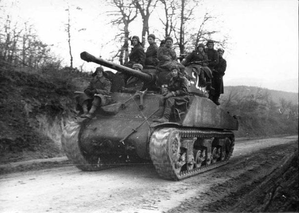 ШЕРМАНЫ В КРАСНОЙ АРМИИ Танки «Шерман», поступающие по ленд-лизу, хорошо были приняты нашими танкистами. Как и многие боевые машины, этот танк сразу же получил прозвище, его звали и