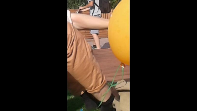 Евгений Жеребцов пытается жестоко убить шарик